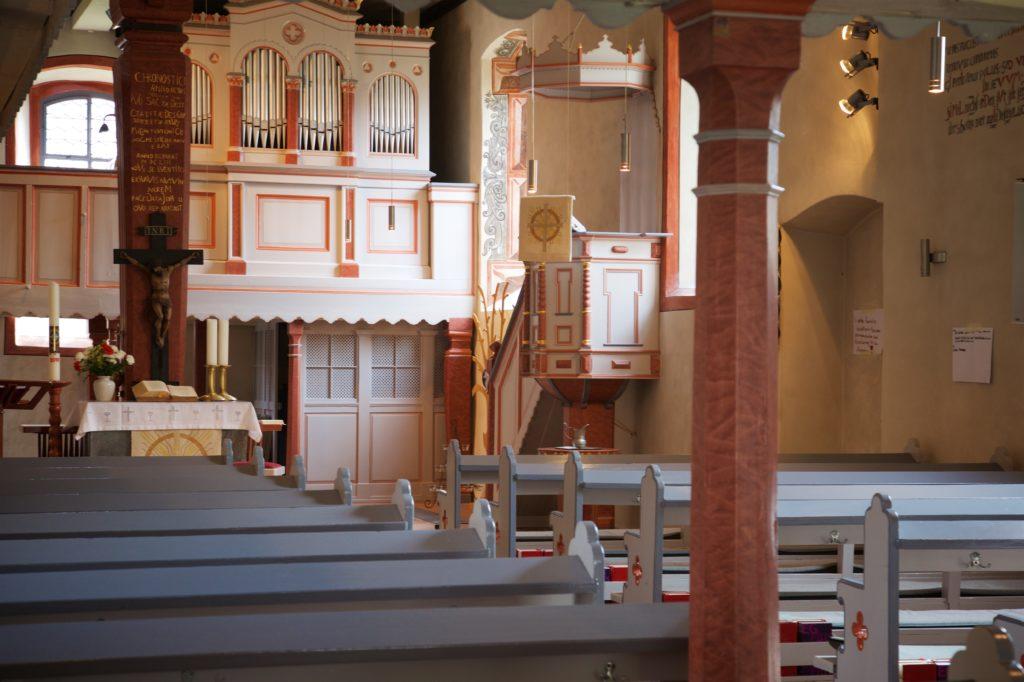 Bild des Altarraums, des Orgelprospekts und der Kanzel der Petterweiler Martinskirche.
